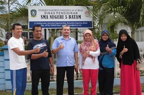 Foto bersama Guru SMA Negeri 5 Batam, Jl. Kavling Lama, Kel. Sagulung Kota, Kec. Sagulung – Batam